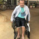 A cadeira de rodas chegou e Sr. Devanir já tomou conta dela.