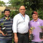 Adriano e Maciel, buscaram 30 mudas de árvores frutíferas e nativas, com o gerente de operações da TEBE, Fernando dos Santos.